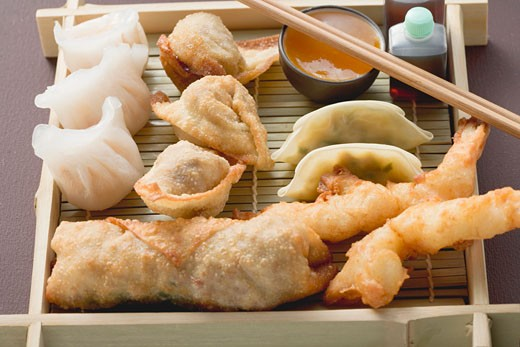 Stock Photo: 1532R-41528 Asian appetiser platter to take away