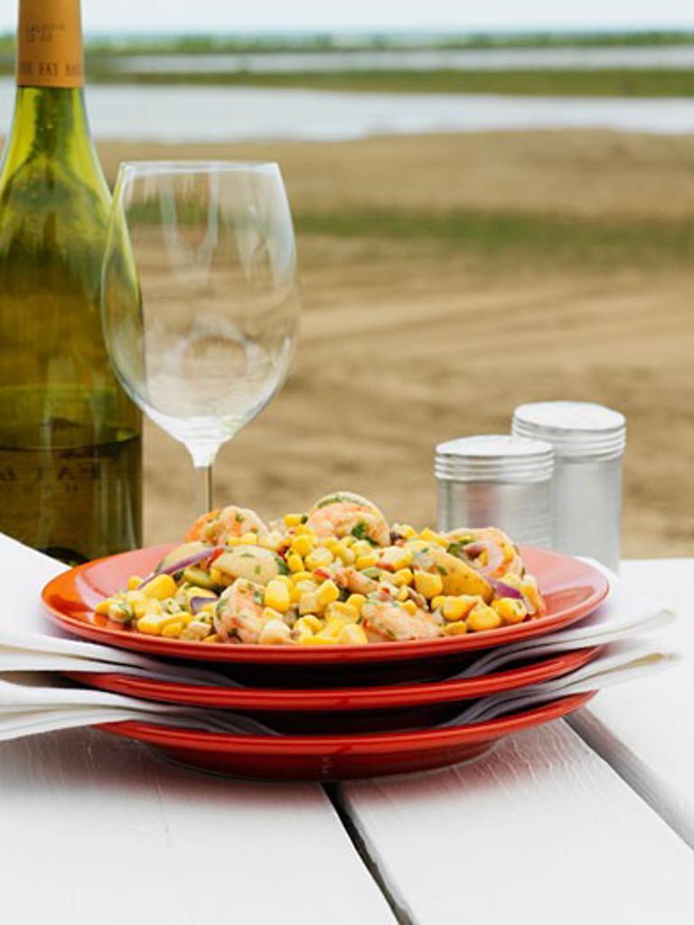 Sweetcorn and prawn salad with white wine : Stock Photo
