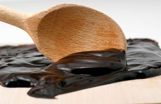 Spreading melted couverture : Stock Photo