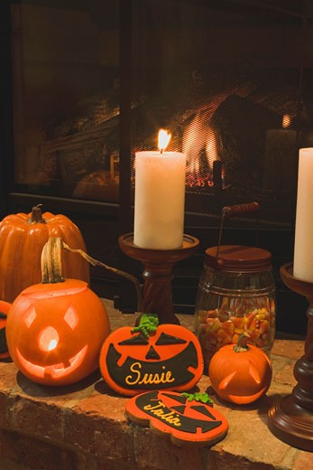 Halloween decorations (pumpkin lanterns, candles, place cards) : Stock Photo