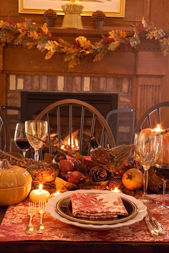 Thanksgiving table with autumn decorations (USA) : Stock Photo