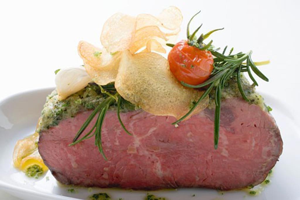 Stock Photo: 1532R-47549 Roast beef with pesto crust and potato crisps