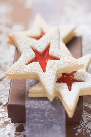 Star-shaped jam biscuits with icing sugar (Christmas) : Stock Photo