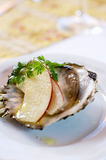 Stock Photo: 1532R-50360 Oyster with slices of apple