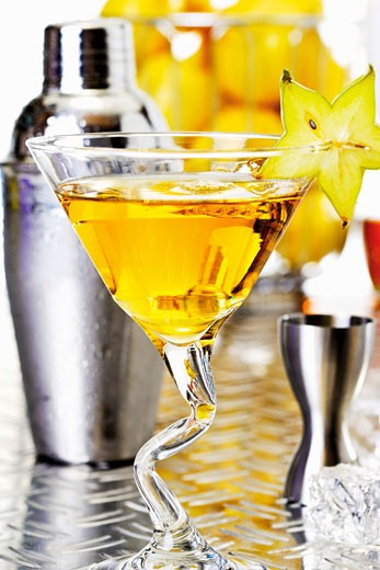 Stock Photo: 1532R-51502 Cocktail and various bar utensils