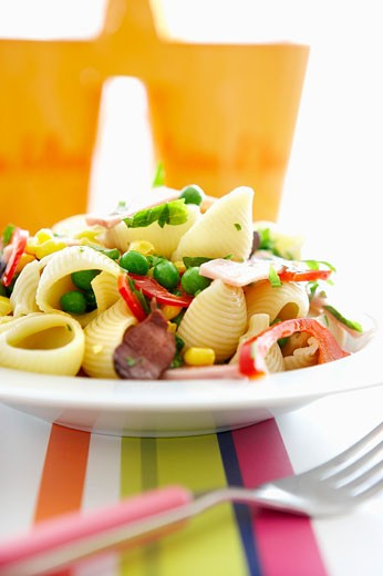 Conchiglie with sweetcorn, peas, peppers and ham : Stock Photo