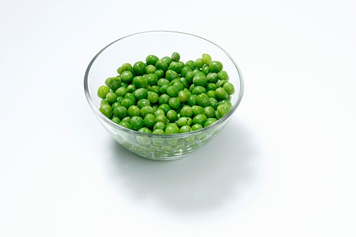 Stock Photo: 1532R-53634 Freshly shelled peas in a dish