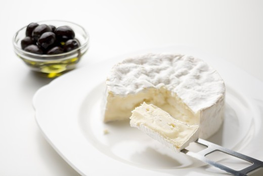 Stock Photo: 1532R-55974 Sliced Camembert and oilves