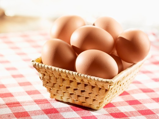 Stock Photo: 1532R-58333 Brown eggs in a small basket