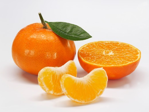 Stock Photo: 1532R-59330 Mandarins, whole, halved and in segments