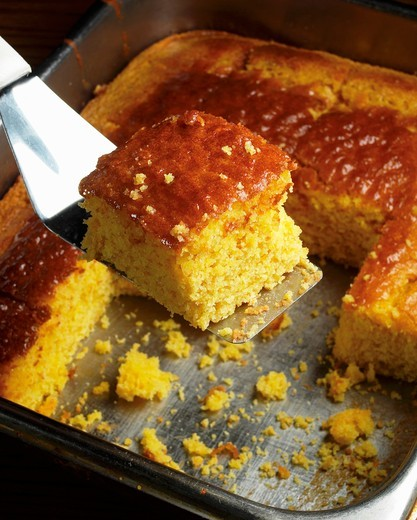 Stock Photo: 1532R-59840 Removing a Piece of Cornbread from the Pan with a Spatula