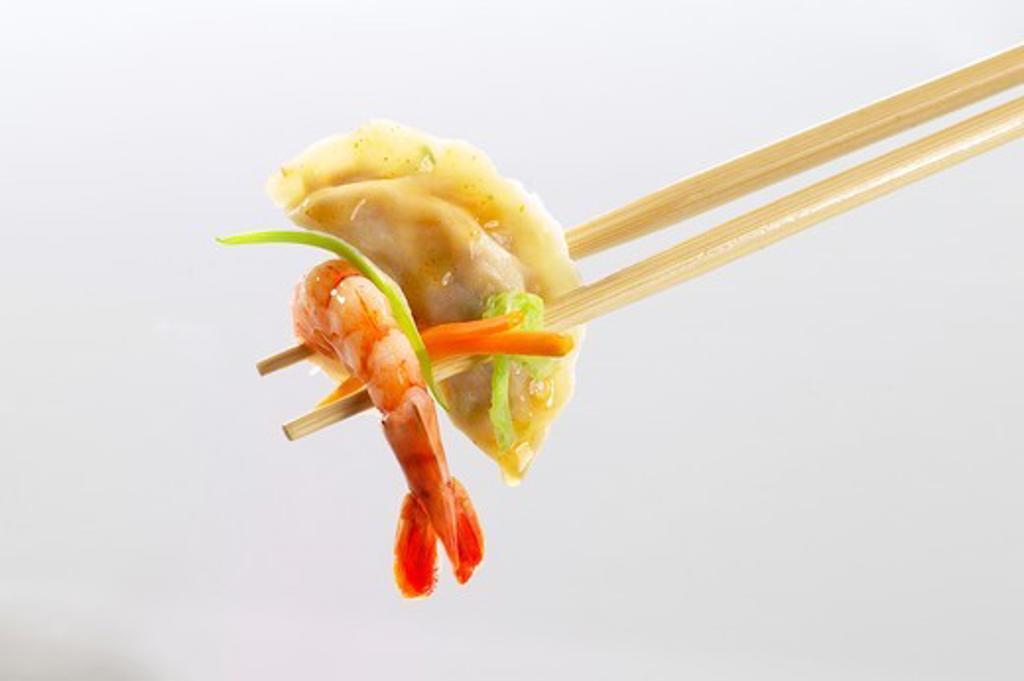 Stock Photo: 1532R-60407 Wonton and shrimp on chopsticks (Asia)
