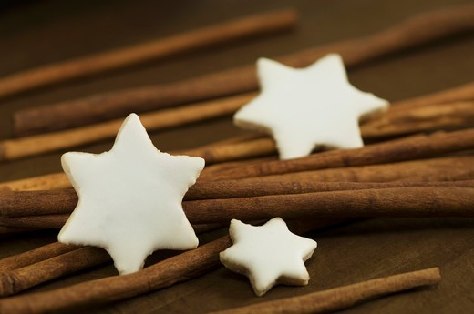 Cinnamon stars with cinnamon sticks : Stock Photo