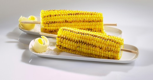 Stock Photo: 1532R-60650 Grilled corn on the cob with butter and salt