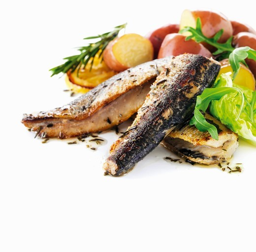 Stock Photo: 1532R-61458 Grilled sardines with red potatoes