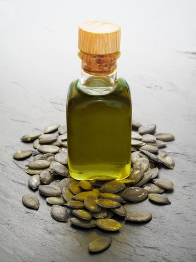 Stock Photo: 1532R-62481 Pumpkin seed oil and pumpkin seeds