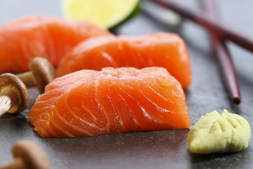Stock Photo: 1532R-65175 Salmon sashimi, wasabi and mushrooms