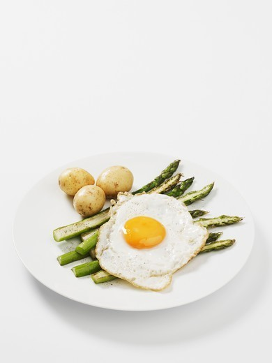 Stock Photo: 1532R-66325 Green asparagus with new potatoes and a fried egg