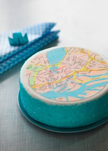 A layer cake featuring a map of Hamburg : Stock Photo