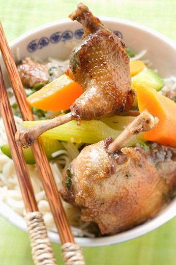 Stock Photo: 1532R-9102 Roast pigeon with vegetables on noodles (Asia)