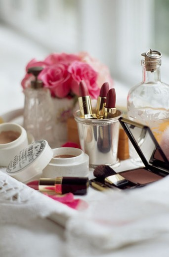 Stock Photo: 1545-183 Close-up of face powder boxes with make-up brushes and a mirror on a tray