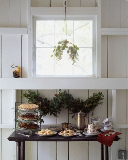 Stock Photo: 1545-555 Pies with flower vases on a table in a room