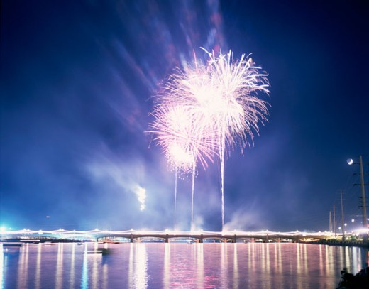 Stock Photo: 1555R-218032 Fireworks over water