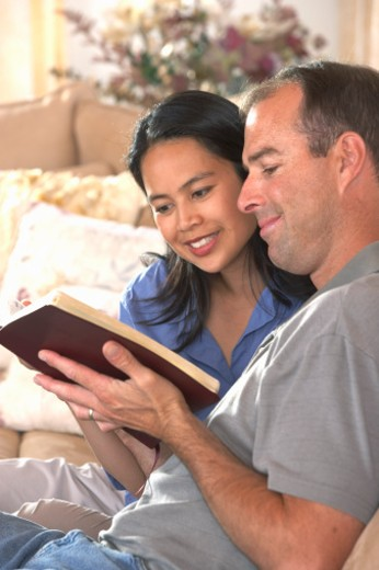 Stock Photo: 1555R-304582 Couple reading bible