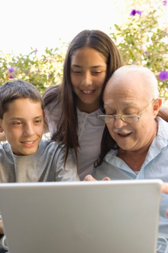 Stock Photo: 1555R-306260 Family with laptop computer