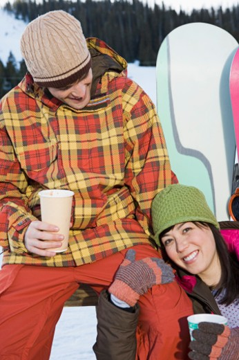 Snowboarders drinking hot chocolate : Stock Photo