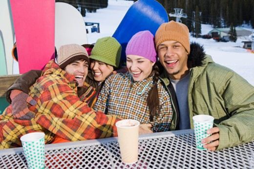 Stock Photo: 1555R-314717 Snowboarding friends drinking hot cocoa