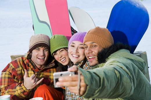Stock Photo: 1555R-314718 Snowboarding friends posing for picture