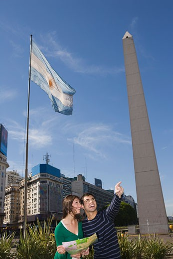 Stock Photo: 1555R-323550 Couple with map in front of obelisk