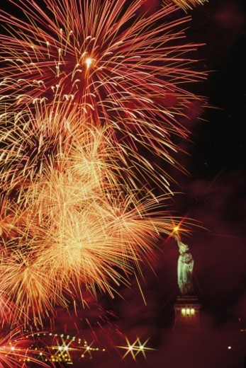 Stock Photo: 1557R-0253 Fireworks over Statue of Liberty
