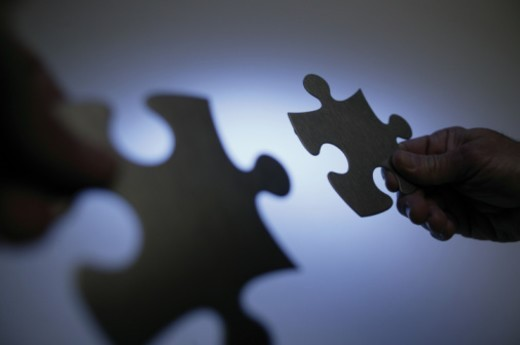 Stock Photo: 1557R-276640 Hands holding puzzle pieces