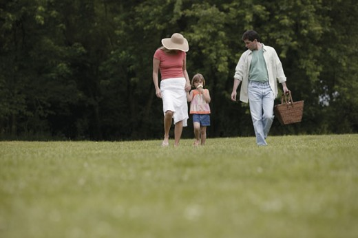 Stock Photo: 1557R-278311 Family going on picnic