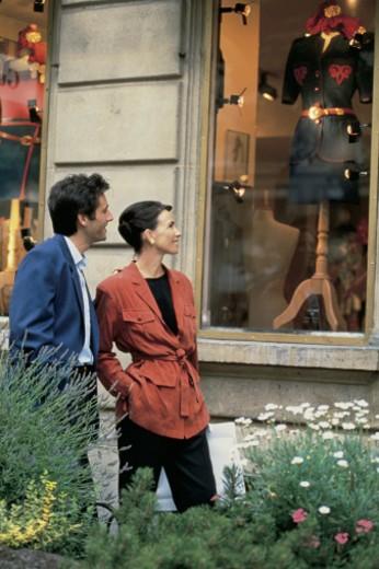 Couple window shopping : Stock Photo