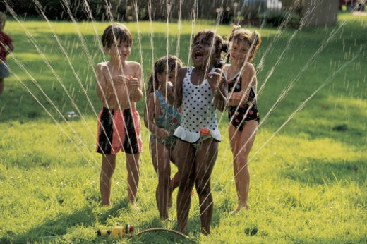 Stock Photo: 1557R-280529 Kids running through sprinkler