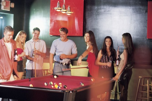 Stock Photo: 1557R-289523 People playing pool and drinking beer