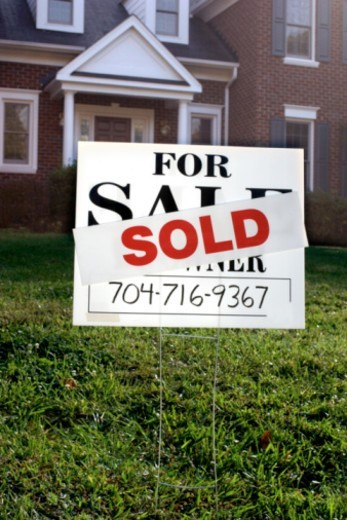 Sold sign in front of house : Stock Photo