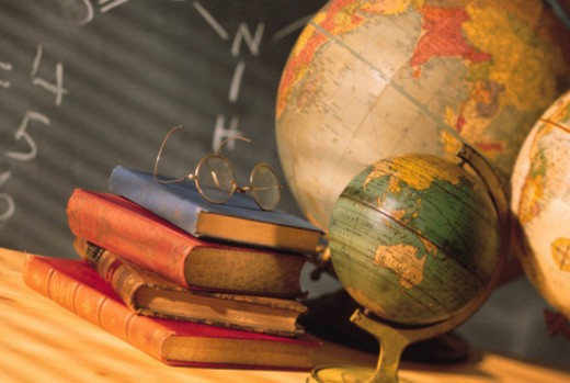 Stock Photo: 1557R-362586 Books and globes on school desk