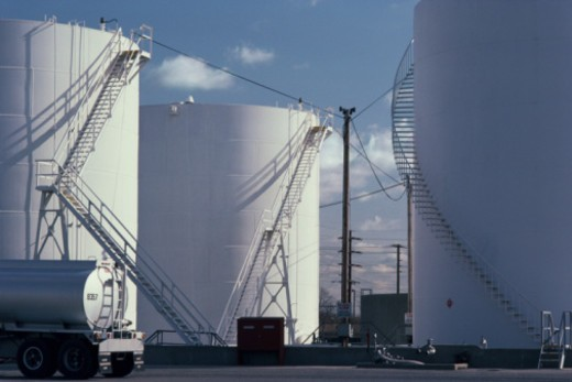 Stock Photo: 1557R-366279 Oil storage tanks