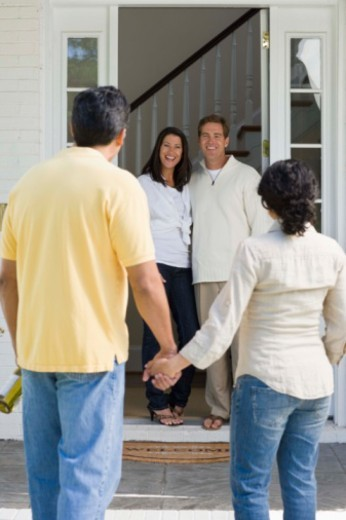 Couple arriving at friends' house : Stock Photo