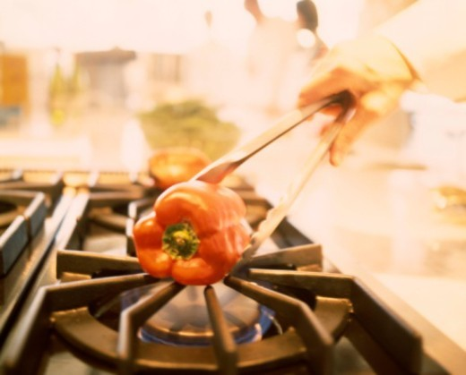 Stock Photo: 1557R-388504 Charring bell pepper over gas flame
