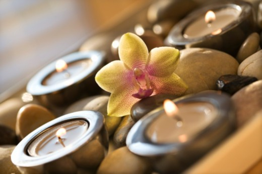Stock Photo: 1557R-388966 Candles and flower in tray of stones