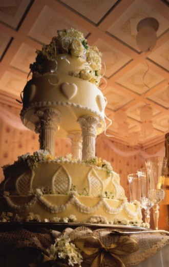 Wedding cake and champagne flutes : Stock Photo