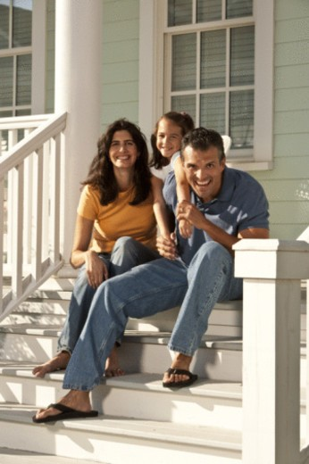 Stock Photo: 1557R-397915 family on front steps