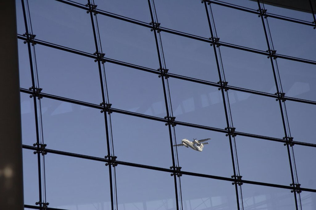 Airport, window front, airplane,  lifts off, heaven,   Airport buildings, Seattle-Tacoma International Airport glass facade attendant area waiting room windows, view, air traffic, start, takeoff, starts, flie, trips, flight trip, vacation, aeronautics, fl : Stock Photo