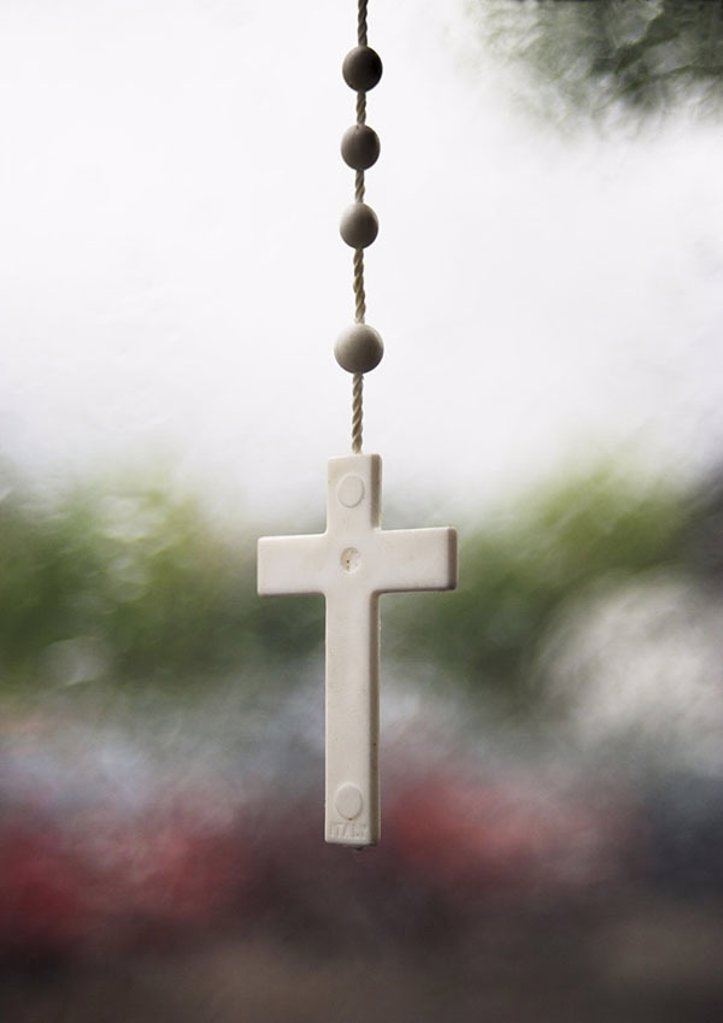 Stock Photo: 1558-106448 Chain, cross, background fuzziness, car, windscreen, wreath of roses, protection-symbol, lucky charm, talisman, amulet, Catholic, security, protection, accident-protection, assistance, belief, guards religion, Christianity superstition religiously, drive,