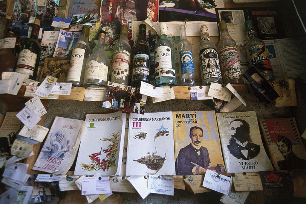 Stock Photo: 1558-107162 Cuba, Santiago de Cuba, Calle Heredia, business, sale, souvenirs, Central America, souvenir-business, stores, Cuban articles, books, uses, used-merchandise, secondhand, economy, retails,